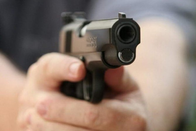 Руки с пистолетом