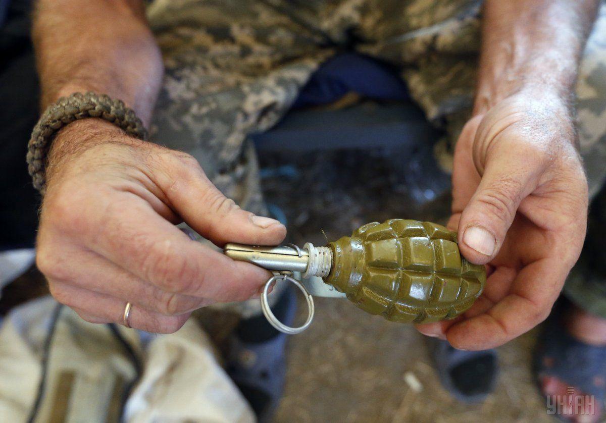 Военнослужащий с гранатой