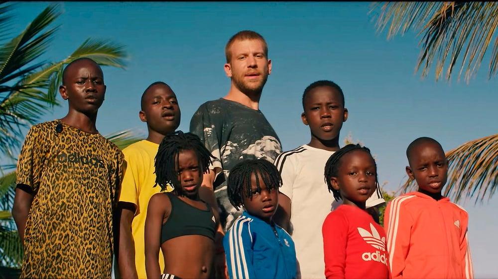 В клипе Дорну компанию составила группа Masaka Kids Africana