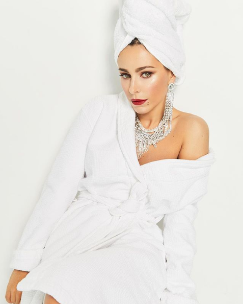 Ани Лорак позировала в банном халате, с полотенцем на голове, но была в украшениях и накрашенная