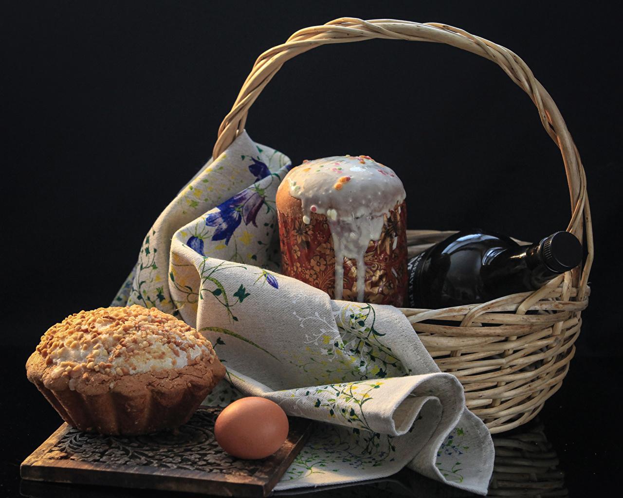 Святят на Пасху, в частности, пасхальные яйца и паски