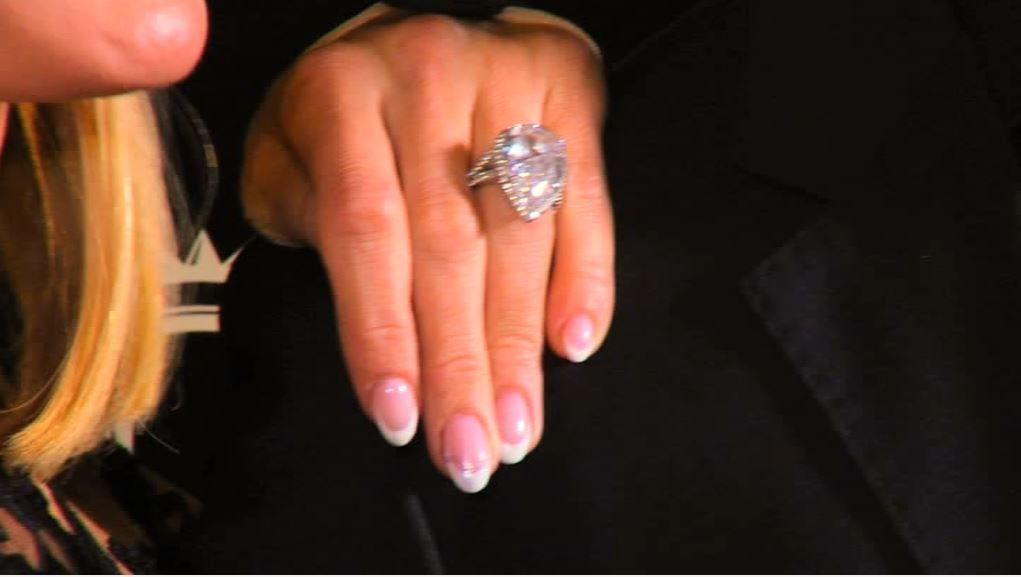 Звездная блондинка похвасталась обручальным кольцом в 20 карат