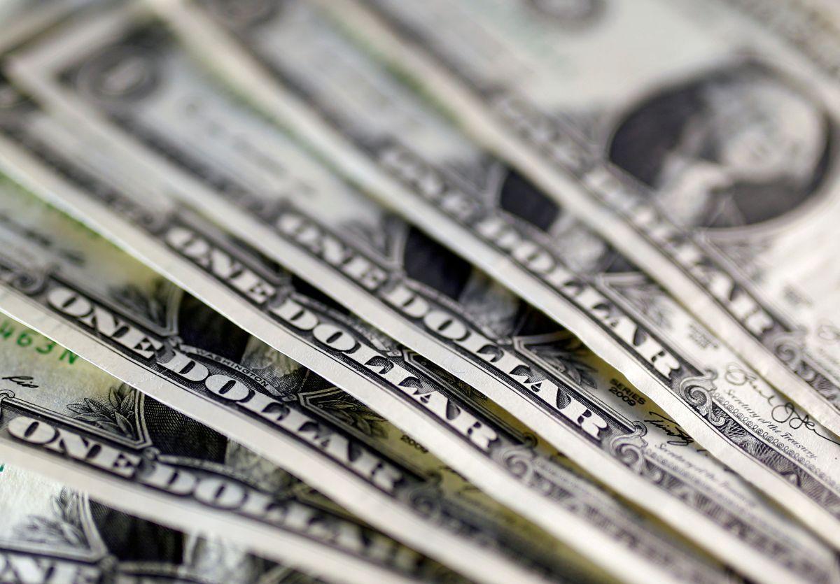 В киевских обменниках курс доллара откатился от очередной психологической отметки