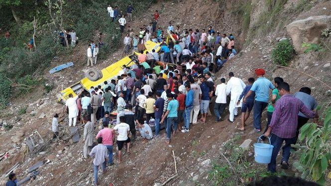 В Индии школьный автобус сорвался с обрыва
