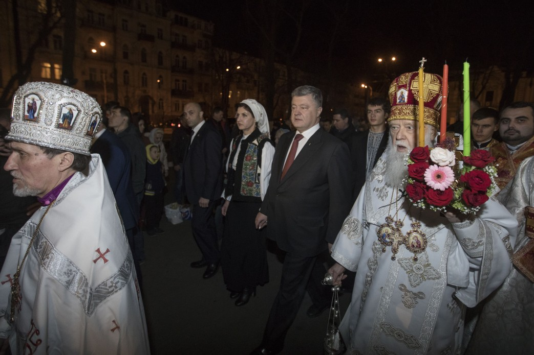 Петр Порошенко с женой на пасхальной службе.
