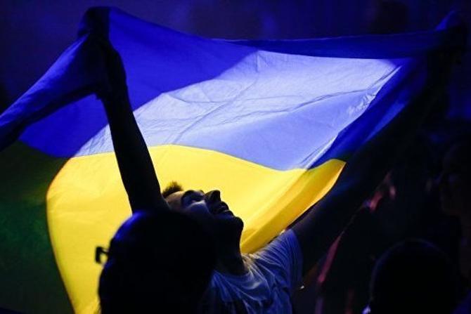 Мужчина с украинским флагом