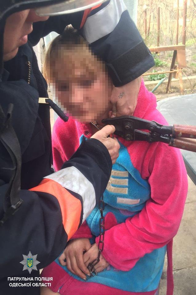 В Одессе в доме женщину приковали цепью к стене, ее освободили копы