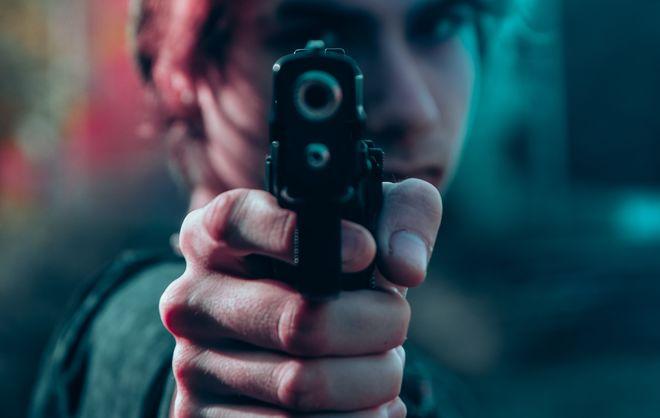 Капитан полиции выстрелил в коллегу на уроке в школе