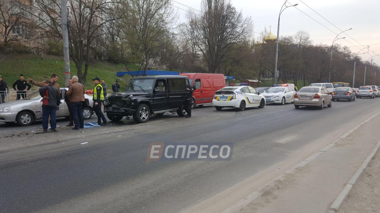 В Киеве сильно пьяный автомойщик угнал джип, а потом протаранил микроавтобус