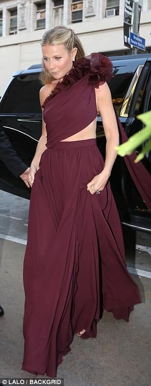 Гвинет приехала на торжество в платье бордового цвета