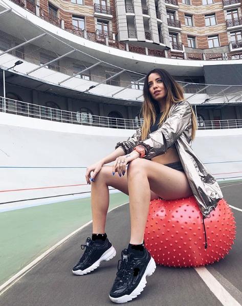 Надя Дорофеева позировала на мяче для фитнеса