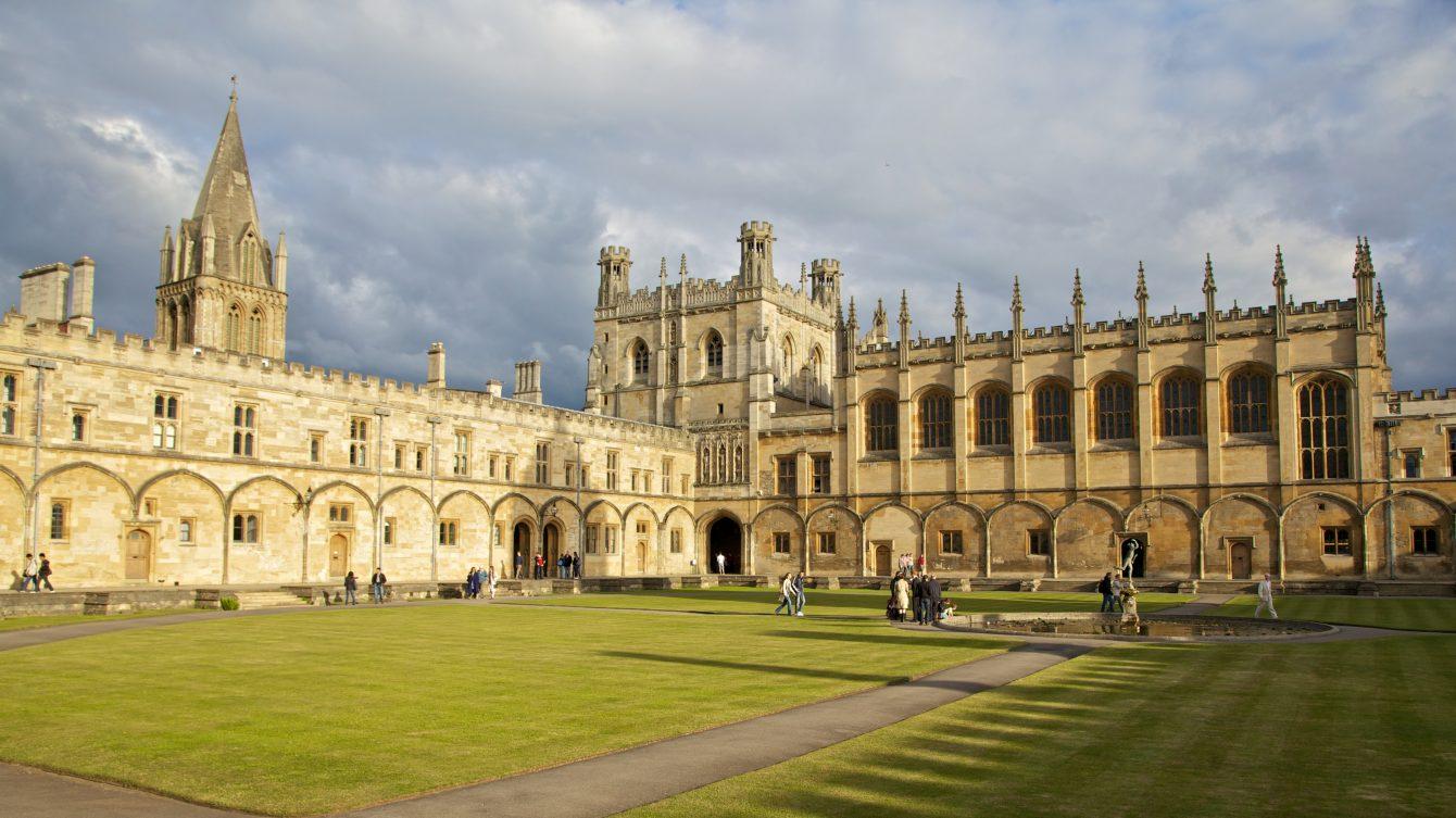 В РФ предложили студентам перевестись из Оксфорда в МГИМО.