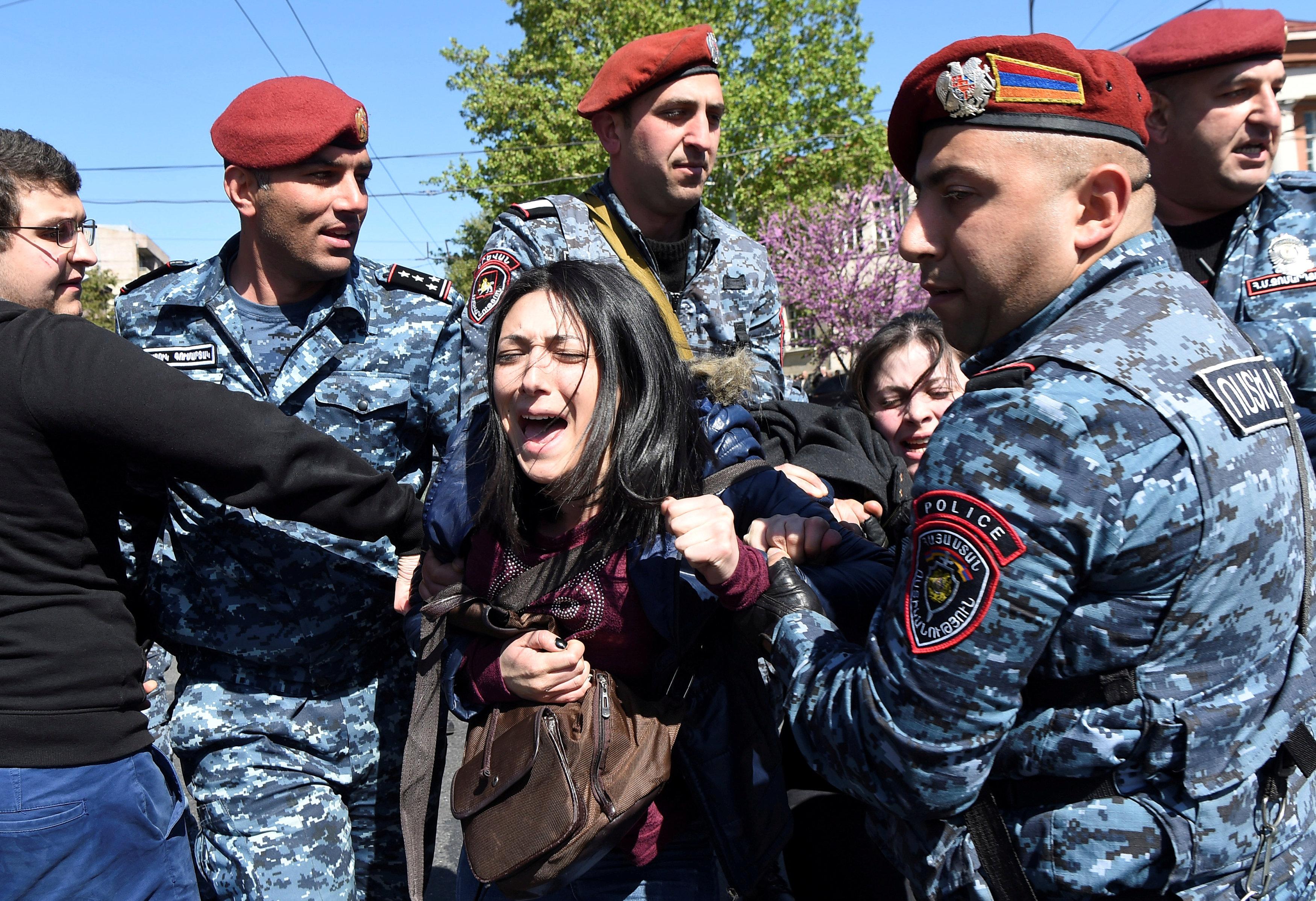 Митинги в Армении вдохновили людей, подарив веру в возрождение народа, считает Наринэ Абгарян.