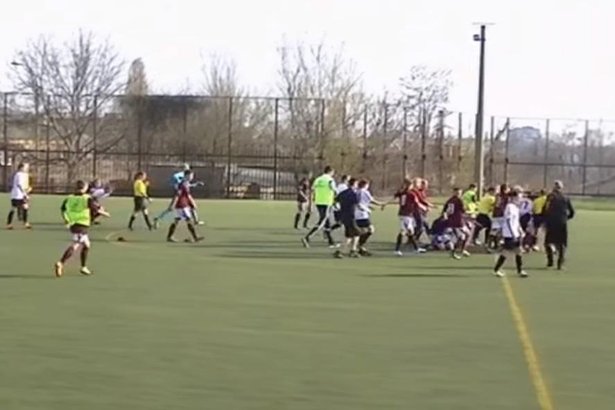 Футболистки устроили драку прямо на поле