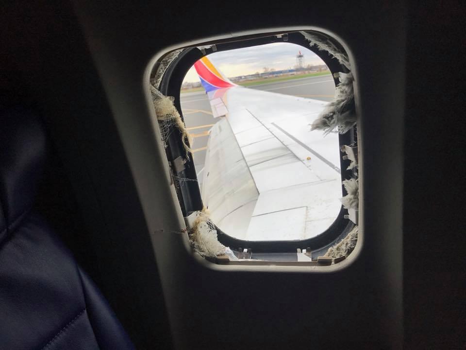 В США пассажирку засосало в иллюминатор.