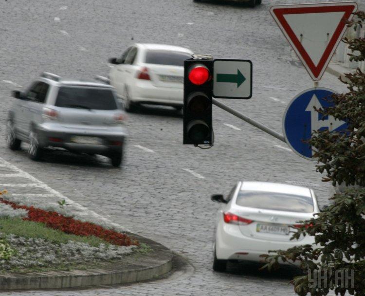 Правительство поручило ряду ведомств рассмотреть отмену желтого сигнала светофора
