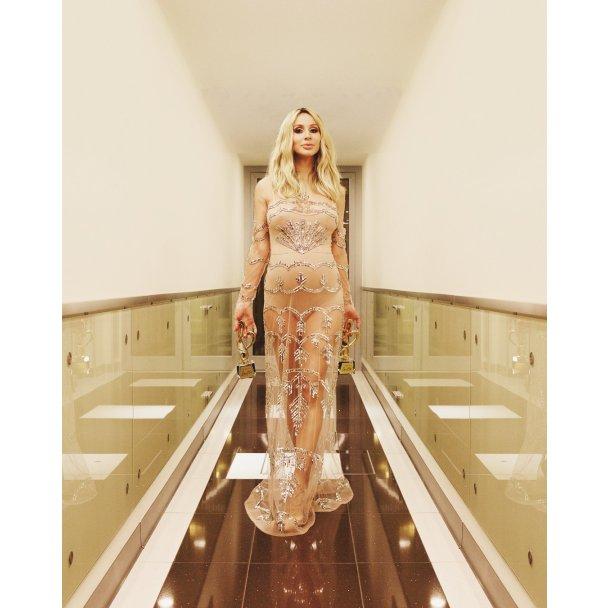 Певица запечатлена в прозрачном платье, которое подчеркивает ее интересное положение