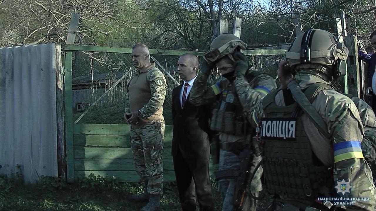 На Виннитчине полицейский спецназ с вертолетом штурмом брал сельский дом: фото, видео