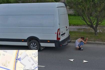 В Пскове мужчина присел справить нужду прямо на дороге