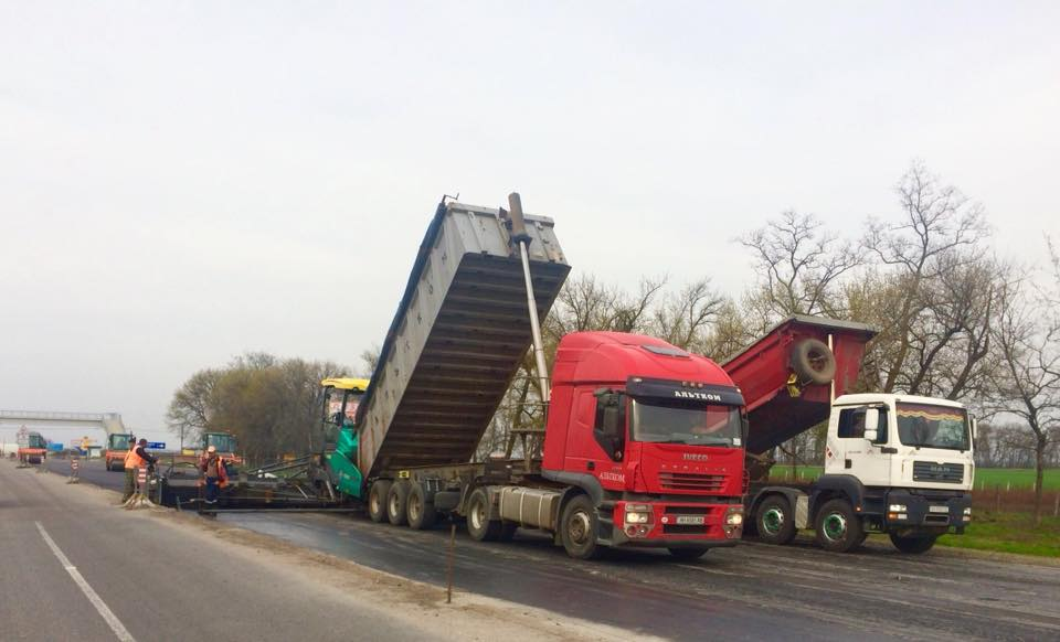 Собственники фур экономят на транспортировке груза, но портят покрытие дорог