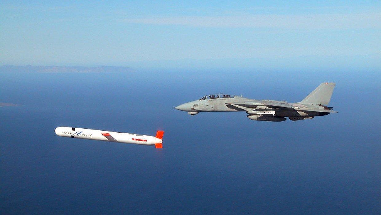 Самолет, выпустивший ракету