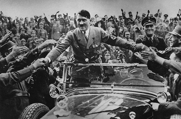 Адольф Гитлер во время публичного выступления