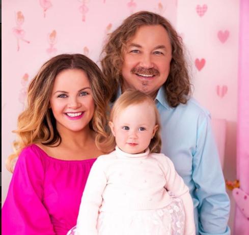 Супруга Игоря Николаева не может выбрать одежду из-за большой груди