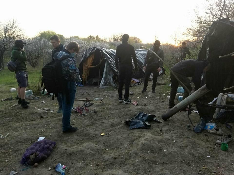 В Киеве националисты сожгли табор ромов и выгнали его обитателей: фото