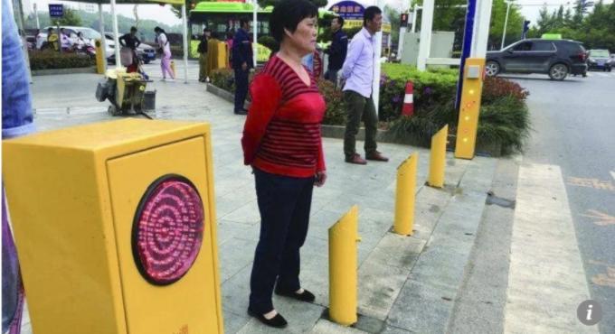 В Китае пешеходов-нарушителей намерены обливать водой