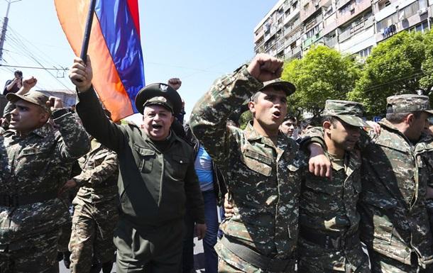 Военнослужащие миротворческой бригады в Ереване присоединились к уличным протестам.