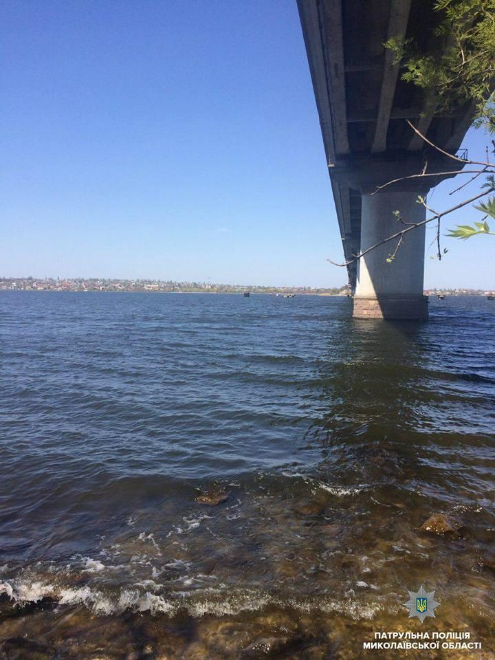 В Николаеве полицейские спасли девушку, которая прыгнула с моста в реку