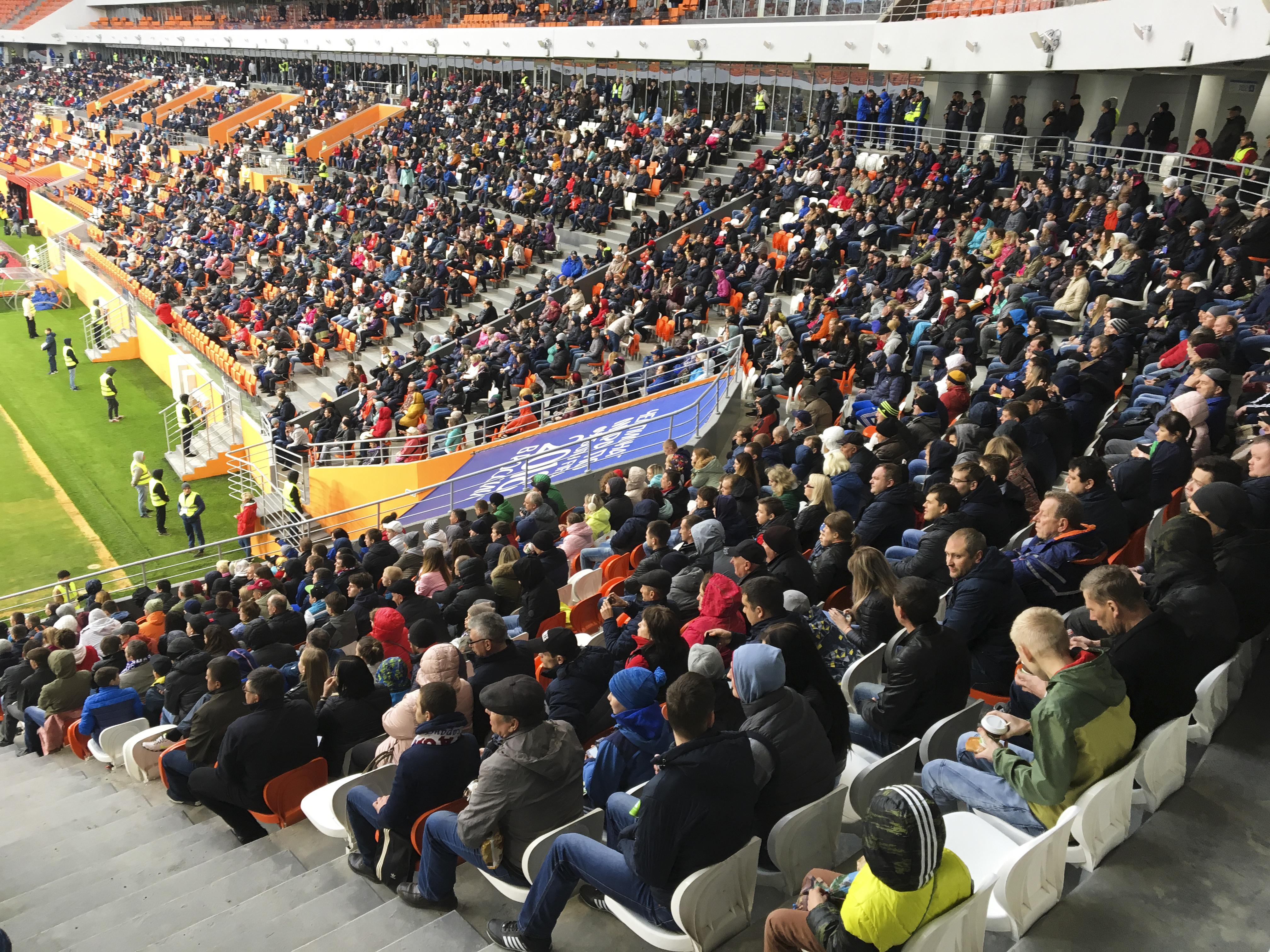 Уникальность стадиона — в его небольших размерах. Расстояние от центра футбольного поля до зрительских мест не превышает 90 метров, а от любого угла поля до противоположной трибуны — не более 190 метров.