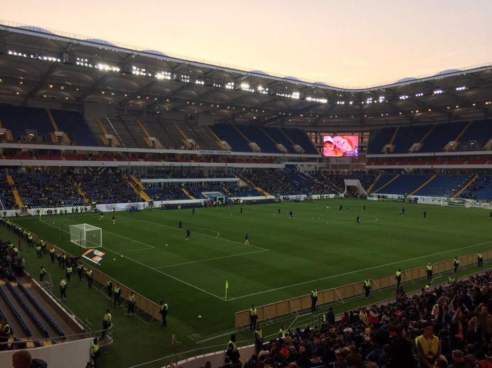 Ростовский стадион расположен в центральной части города между двумя автомобильными дорогами, пронизывающими левый берег Дона с запада на восток. Общая площадь участка составляет 36,381 га.