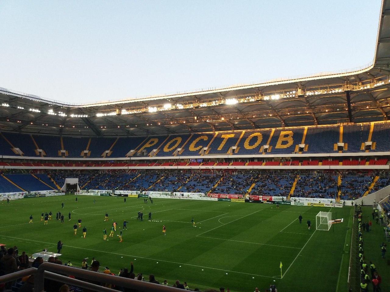 Стадион представляет из себя сооружение овальной формы, очертания стадиона напоминают волны — именно такая форма у козырька, накрывающего зрительские трибуны. Замкнутая конструкция имеет прямоугольный вырез над полем. Стадион состоит из трех яр