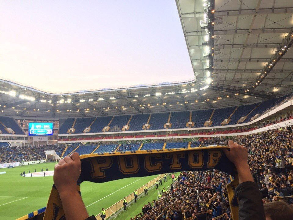 Крыша с покрытием из тентовой мембраны представляет собой замкнутую конструкцию с прямоугольным вырезом над футбольным полем.  Кровля сооружения – совмещенная, большепролетная.