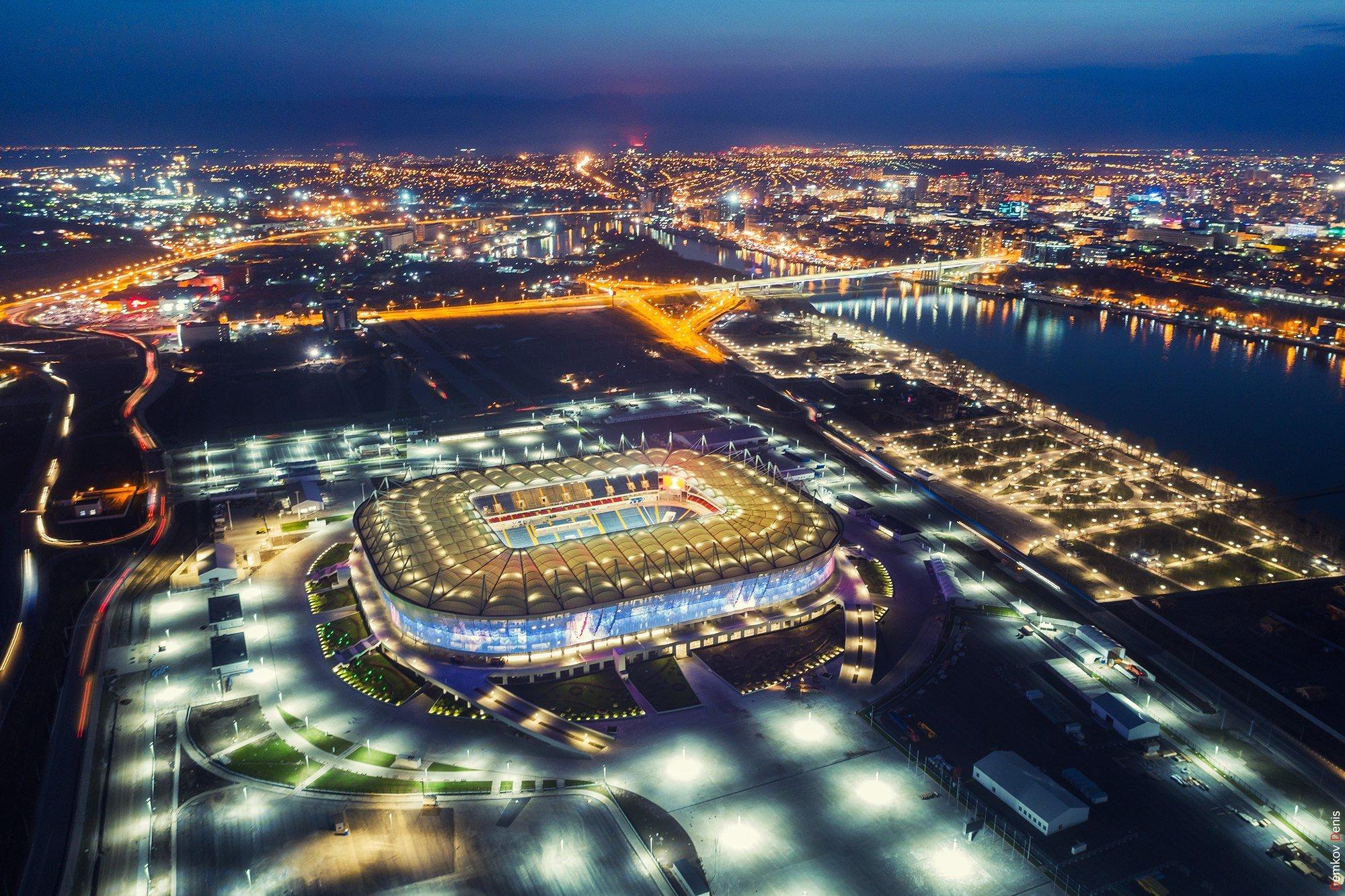 Стадион обеспечен всем необходимым для спортсменов и зрителей: командные раздевалки игроков, тренерские, судейские, помещения для делегатов на матче, комнаты медперсонала и допинг-контроля, зоны разминки, офисные помещения спортклуба, пресс-центр, бу