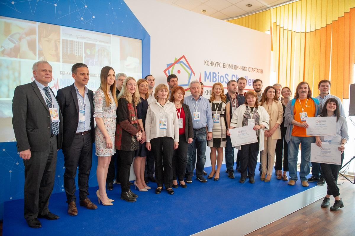 Жюри и организаторы с победителями конкурса биомедицинских стартапов