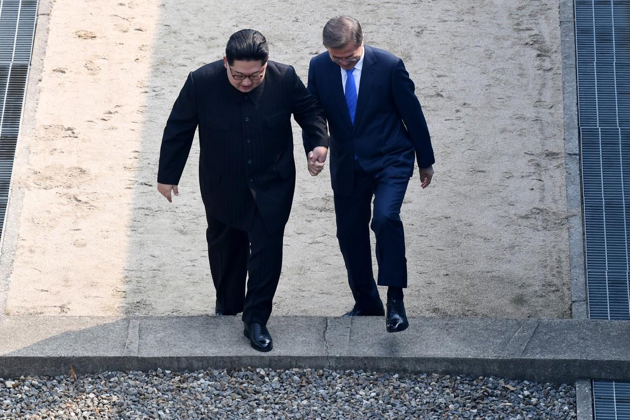 Ким Чен Ын (слева) и Мун Чжэ Ин.