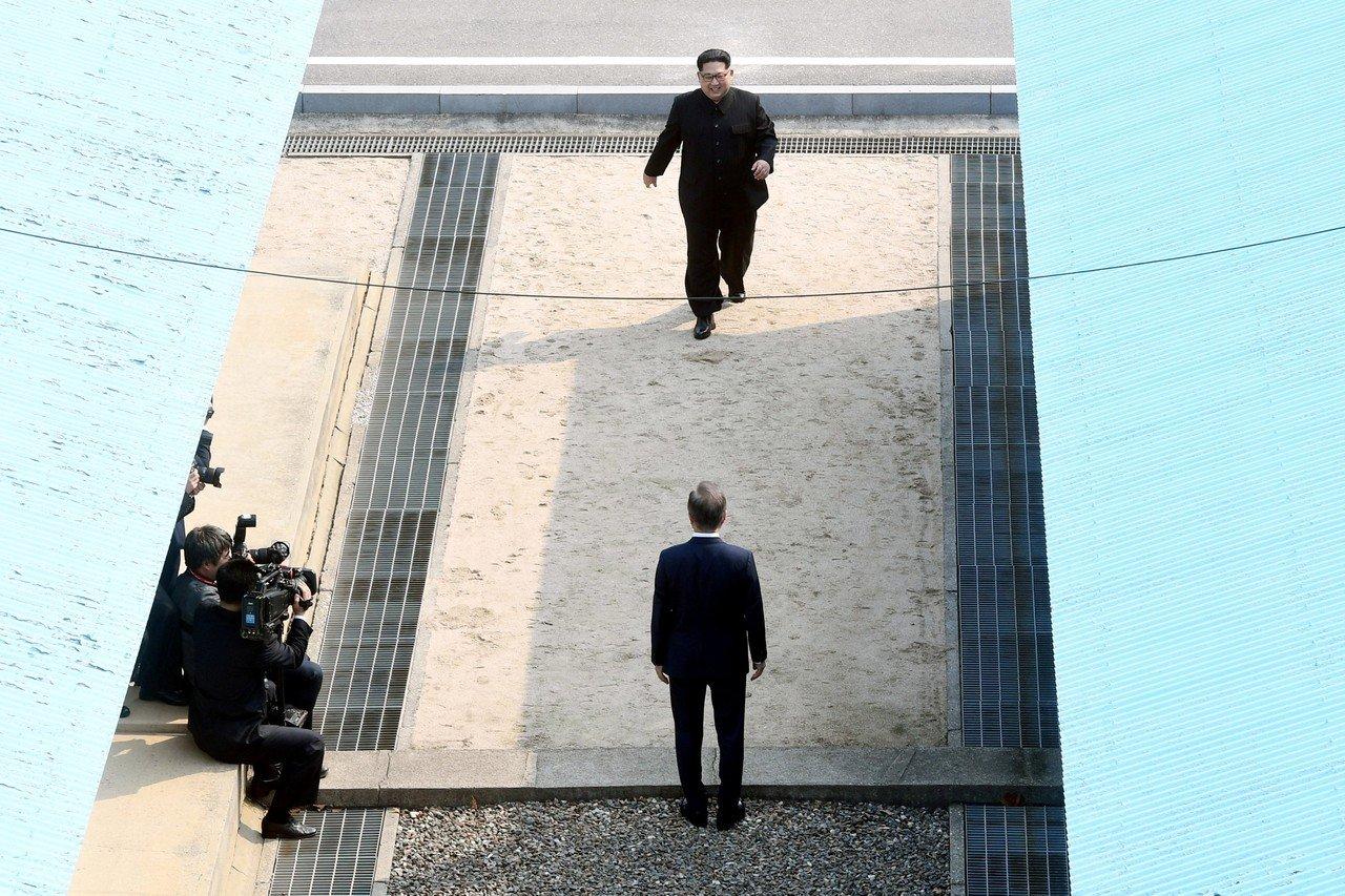 Ким Чен Ын стал первым северокорейским лидером, вступившим на территорию Южной Кореи, перешагнув через военную демаркационную линию и пожав руку южнокорейскому коллеге Мун Чжэ Ину.
