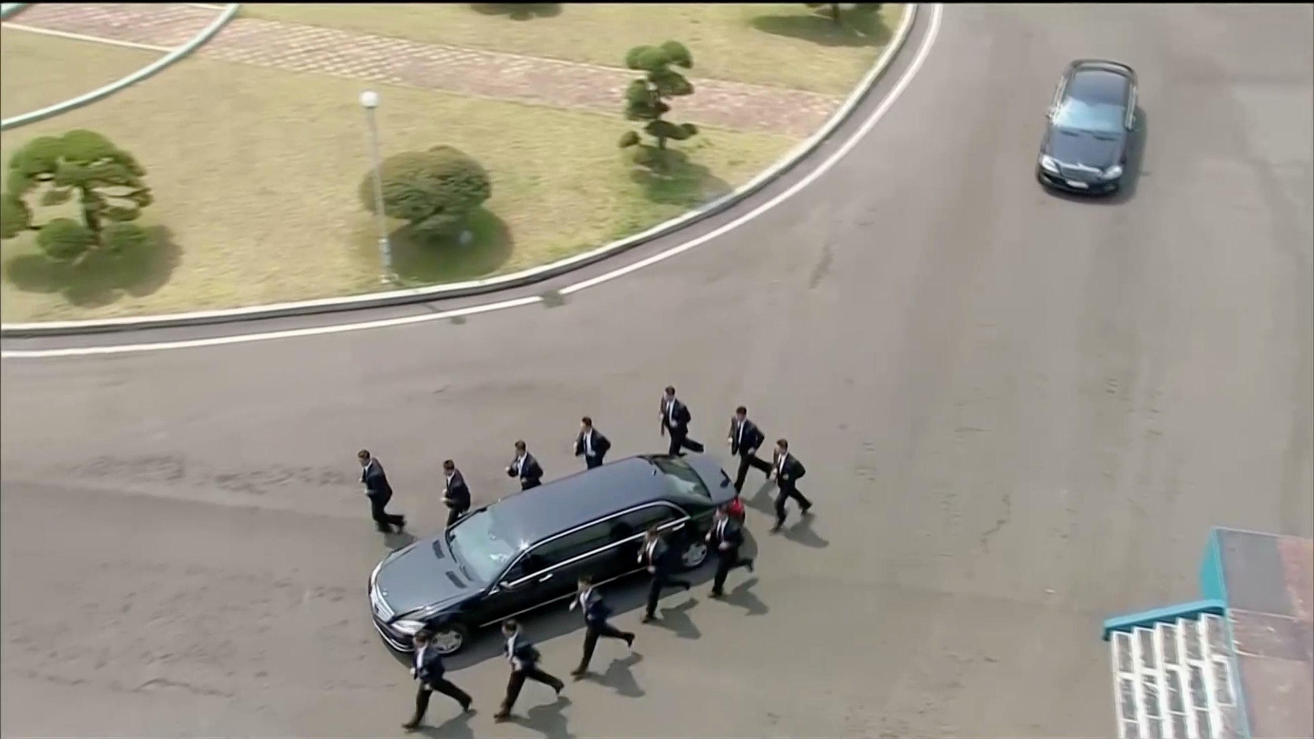 В Сети высмеяли охранников лидера КНДР Ким Чен Ын, бегущих за авто