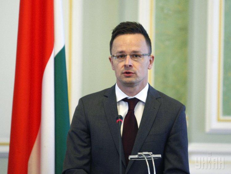 Власти ЕС считают права мигрантов важнее прав закарпатских венгров, полагает Петер Сийярто