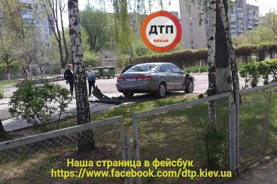 Киеве девушка на иномарке протаранила два авто, забор и влетела на территорию школы