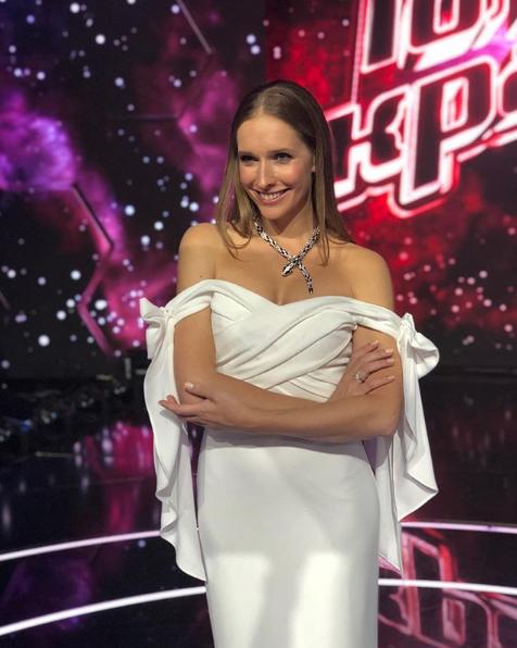 Катя Осадчая позировала в белом платье с открытыми плечами