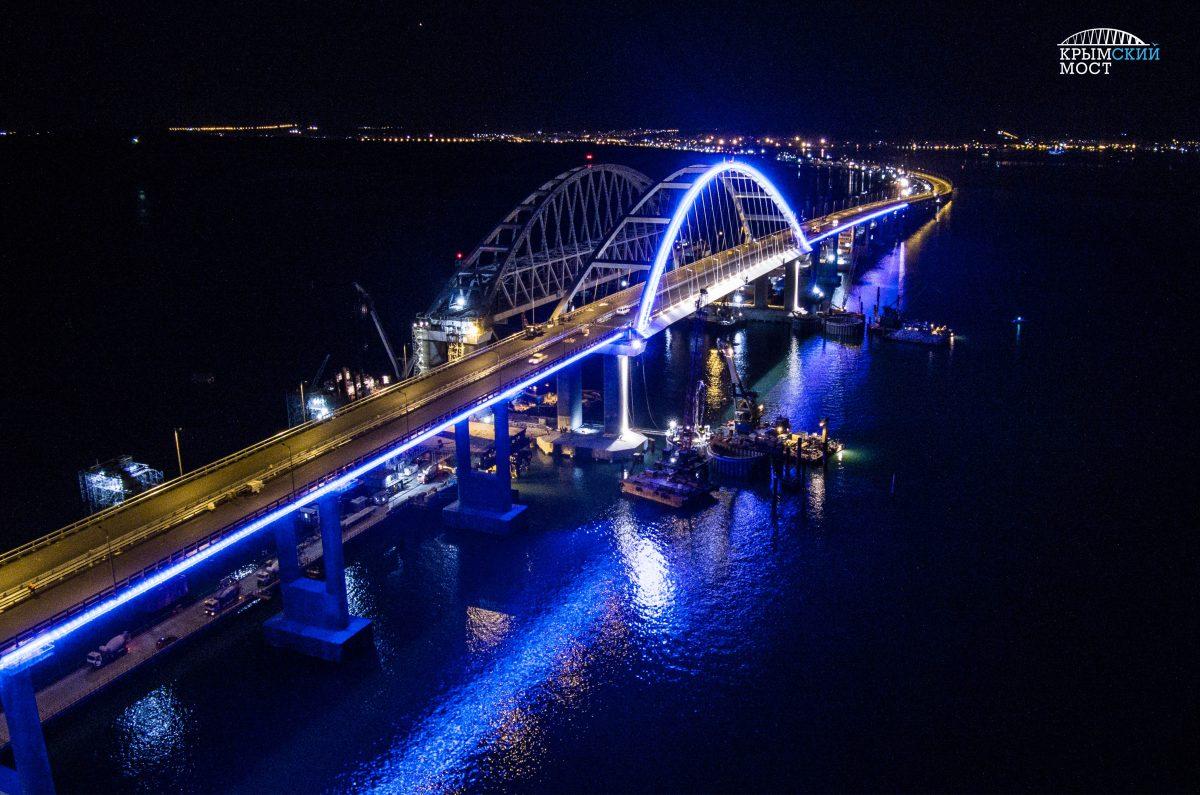 Россияне показывают, какая подсветка будет на Крымском мосту