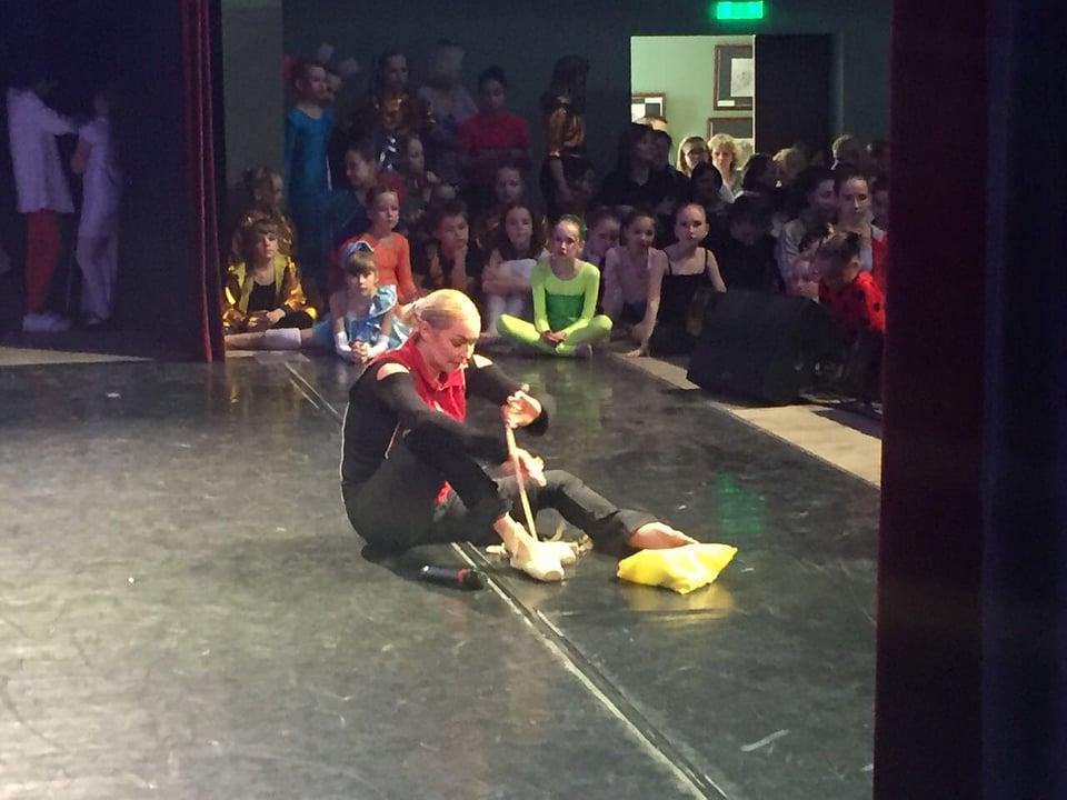 Балерина на сцене сняла пуанты