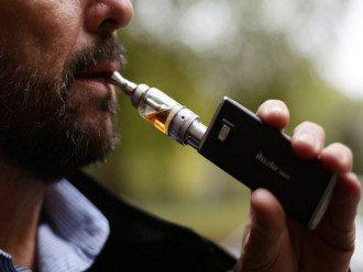 Мужчина, курящий электронную сигарету