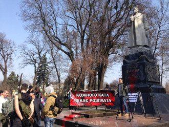 """В Киеве националисты и """"оппоблоковцы"""" устроили драку возле памятника Ватутину: фото,видео"""