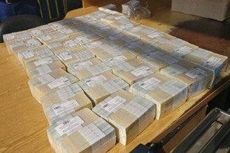 Деньги были расфасованы в пачки по 100 купюр.