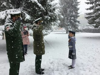 Родители были не против участия детей в легкой одежде во время снегопада
