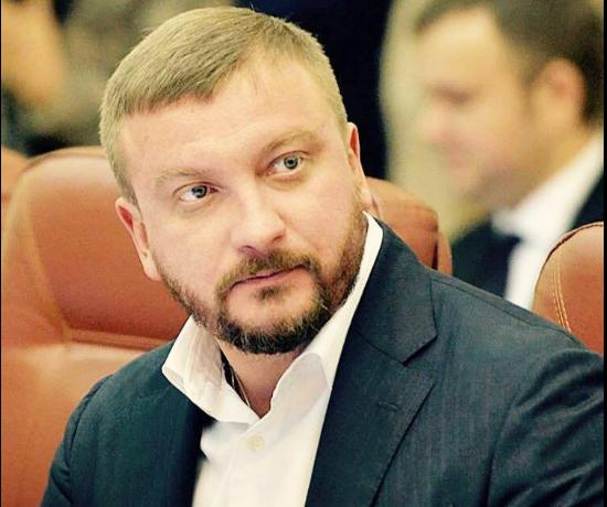 Экс-чиновник времен Януковича уверяет, что Павел Петренко шикарно отдыхает во время военной агрессии в стране